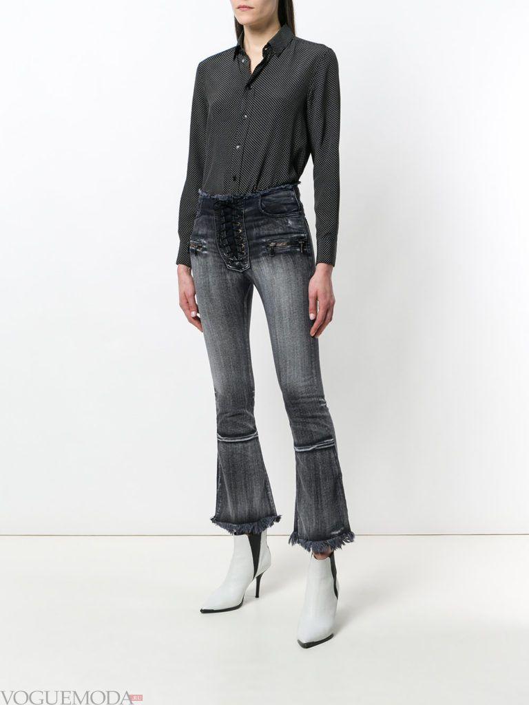 джинсы с декором и блуза с принтом