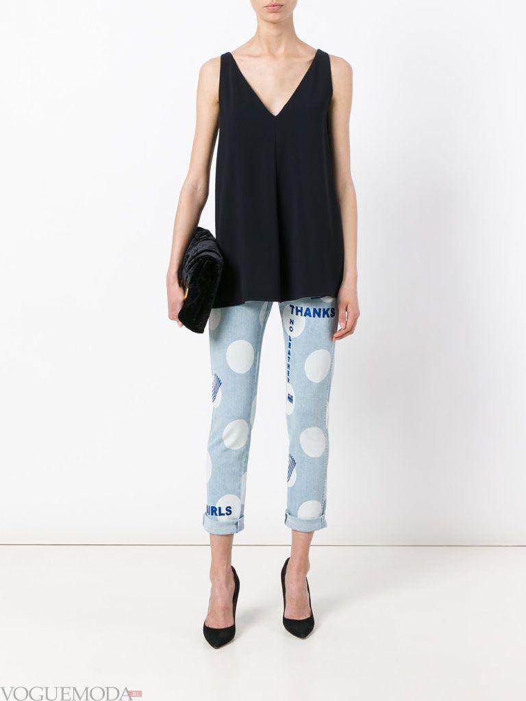 джинсы в горох и черная блузка