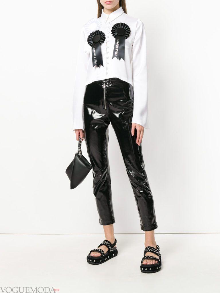 виниловые брюки и блузка с декором