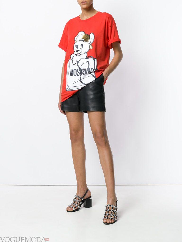 кожаные шорты и футболка с рисунком