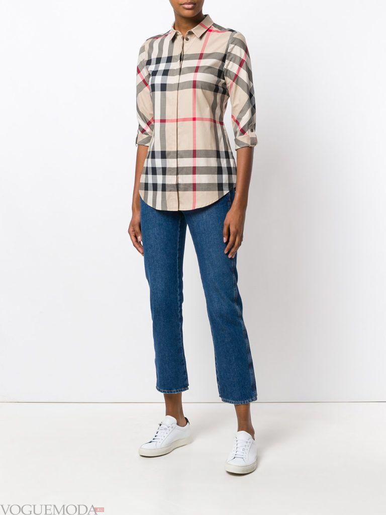 укороченные джинсы и блузка в клетку