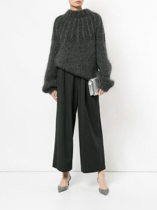 черные широкие брюки и свитер оверсайз