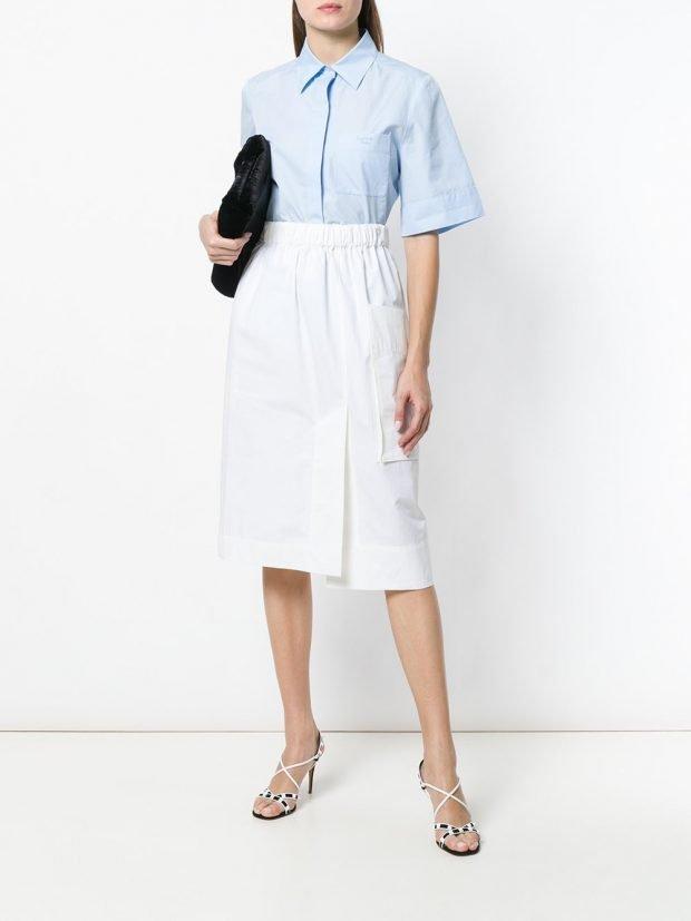 белая юбка с карманом и голубая блузка