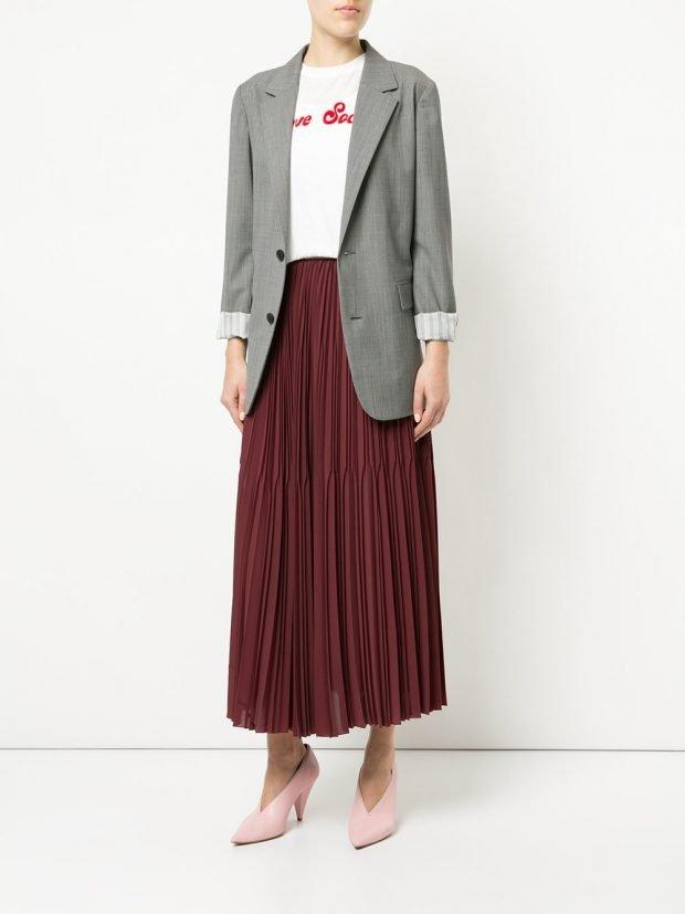 бордовая юбка плиссе и серый пиджак