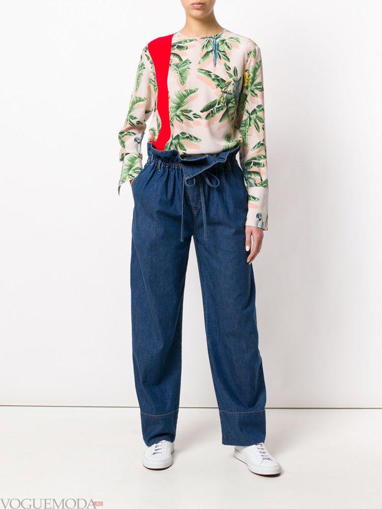 джинсы с высокой талией и блузка с принтом