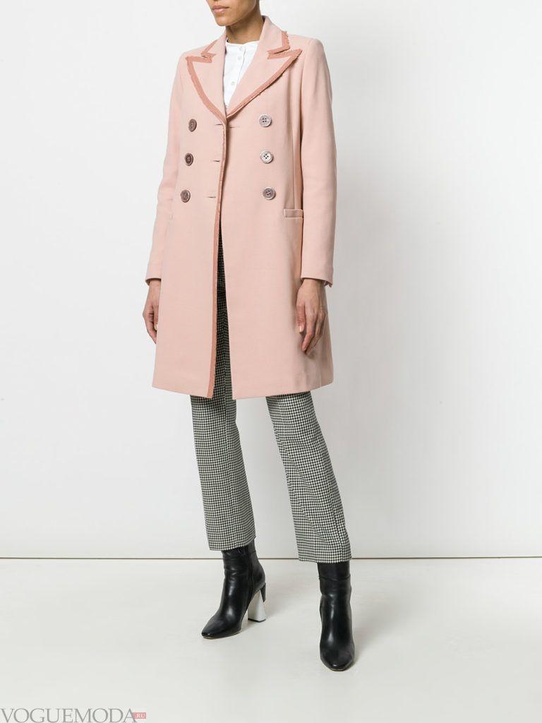 розовое пальто и укороченные брюки