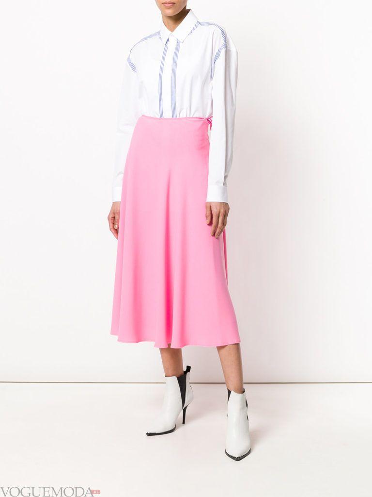 розовая юбка миди и белая блузка