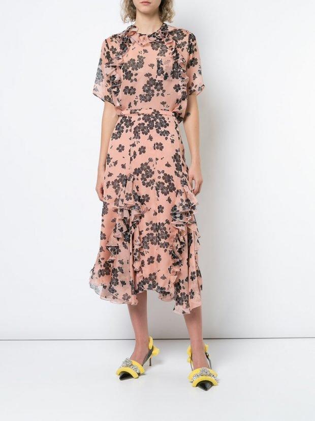розовое платье миди с принтом и оборками
