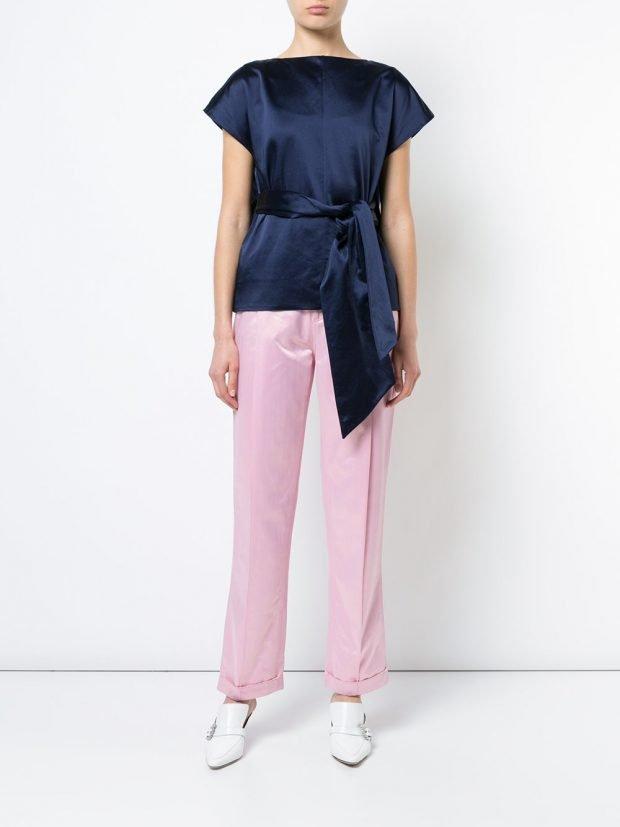 розовые брюки и синяя блузка с поясом