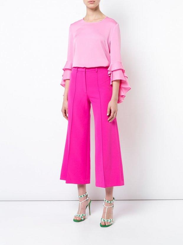 розовые брюки кюлоты и блузка с оборками