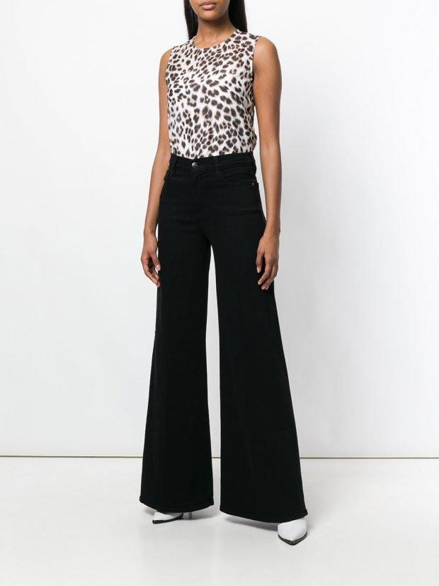 блузка с хищным принтом и брюки клеш