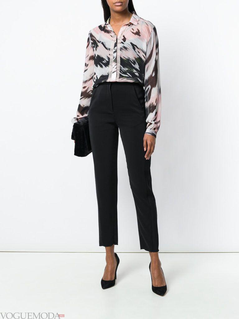 блузка с хищным принтом и черные брюки