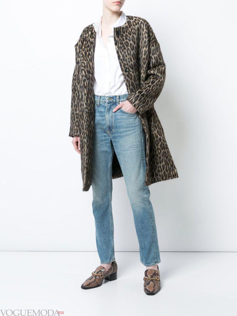 пальто с хищным принтом и джинсы