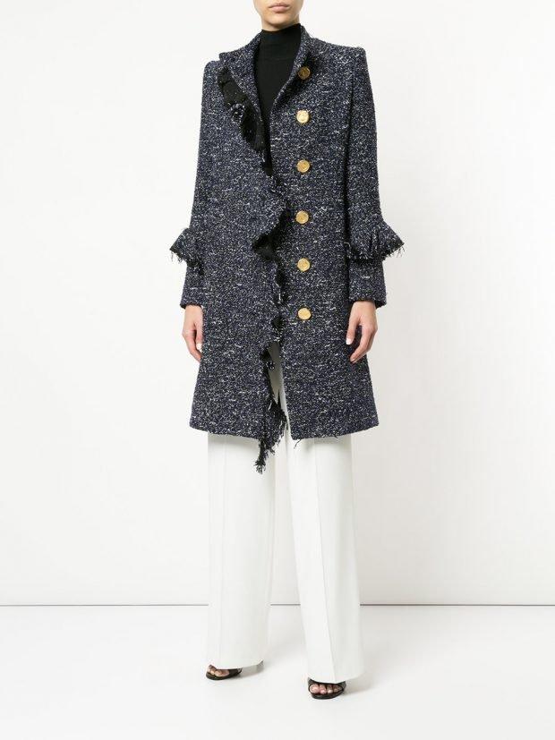 серое пальто с оборками кому за 40