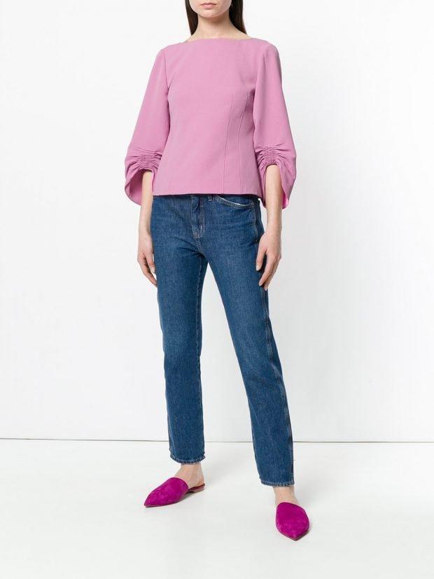 сиреневая блузка со сборками и джинсы