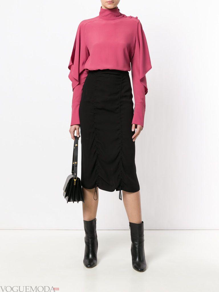 черная юбка со сборками и розовая блузка