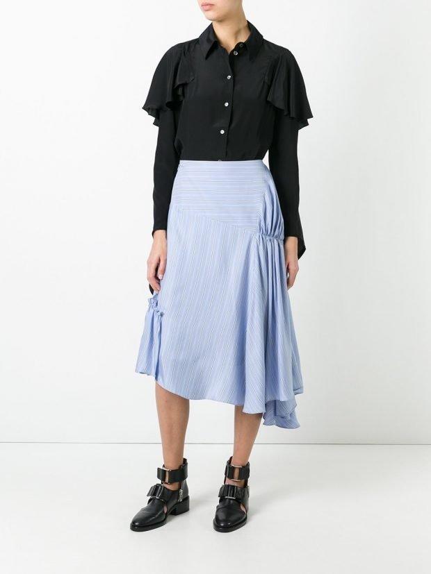 асимметричная юбка со сборками и черная блузка