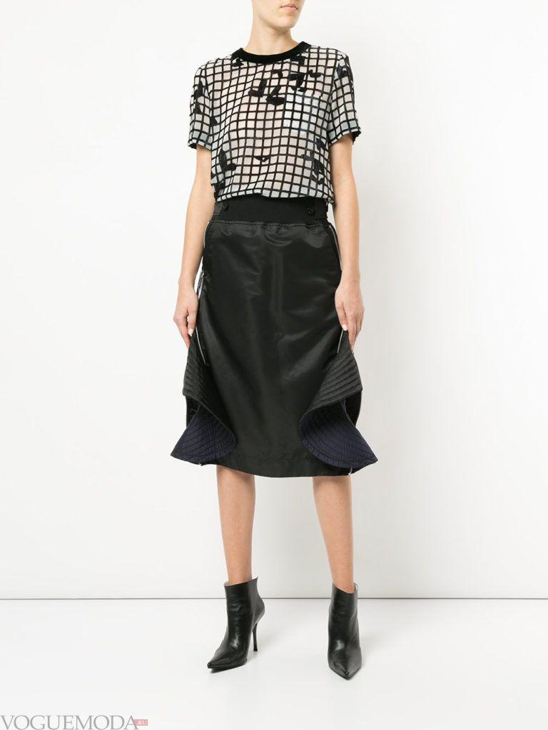 черная юбка со сборками и топ с принтом