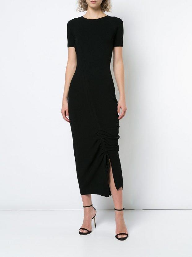 черное платье со сборками и разрезом