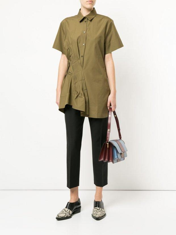оливковая блузка со сборками и укороченные брюки