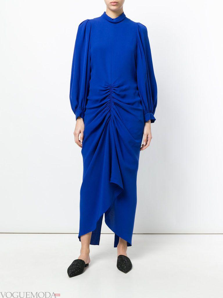 синее платье макси со сборками
