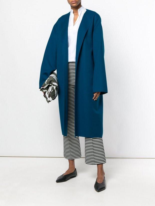 синее пальто и полосатые брюки весна