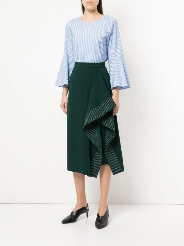 зеленая юбка с оборками и голубая блузка весна
