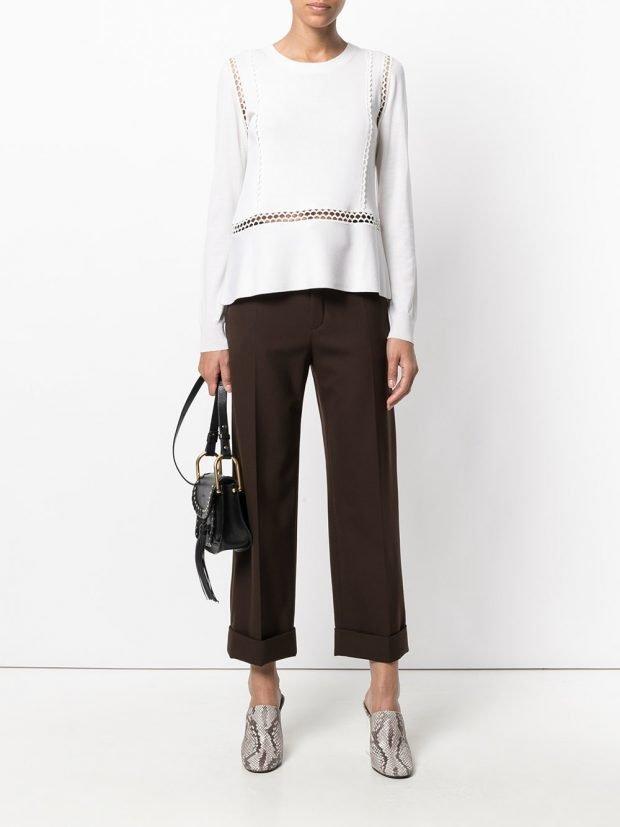 укороченные брюки и белая блузка с декором весна
