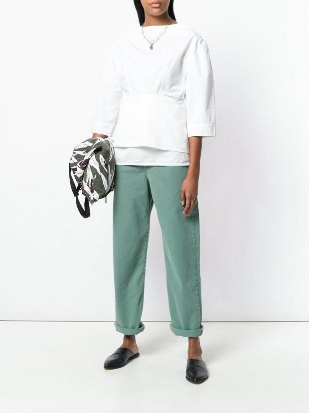 цветные джинсы и белая блузка весна