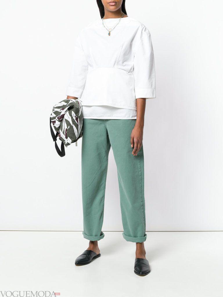 цветные джинсы ибелая блузка весна