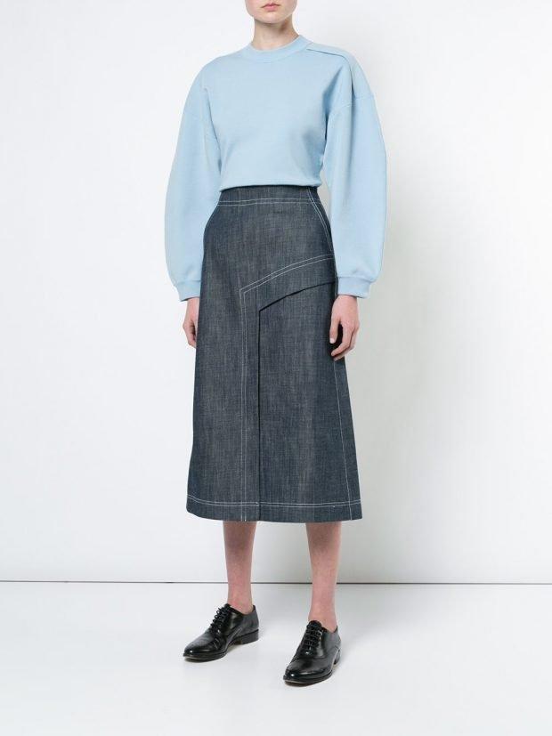 джинсовая юбка миди и блузка с пышными рукавами весна