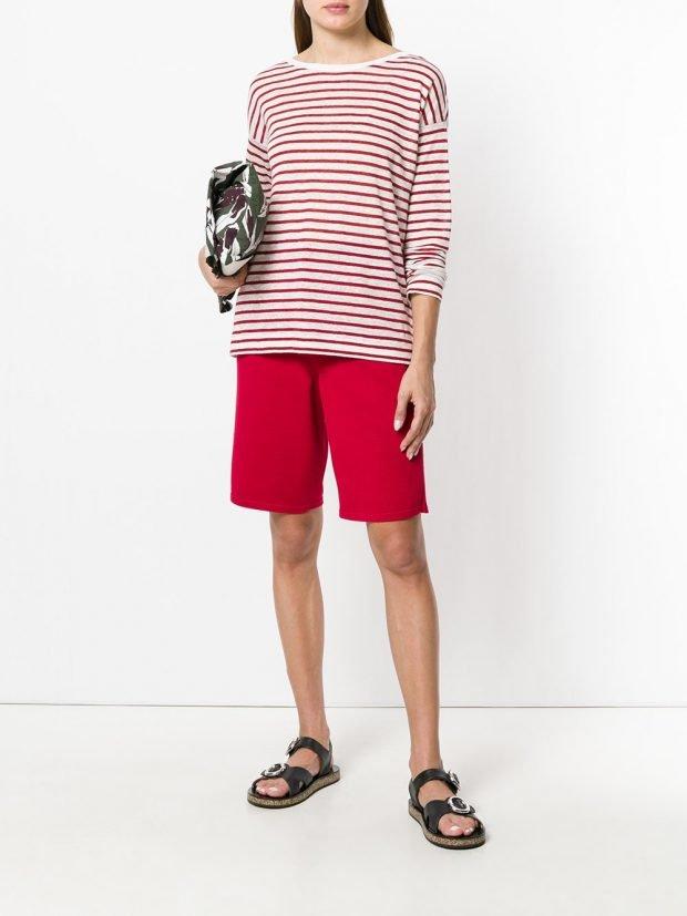 красные шорты и кофта в полоску лето