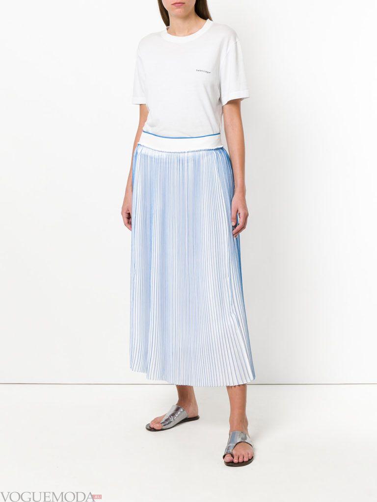 голубая юбка плиссе и белая футболка