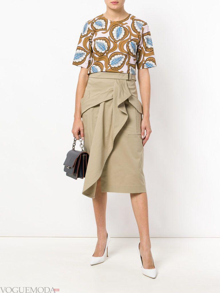 бежевая юбка с запахом и блузка с принтом лето