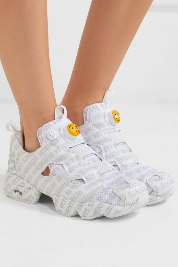 белые кроссовки с принтом