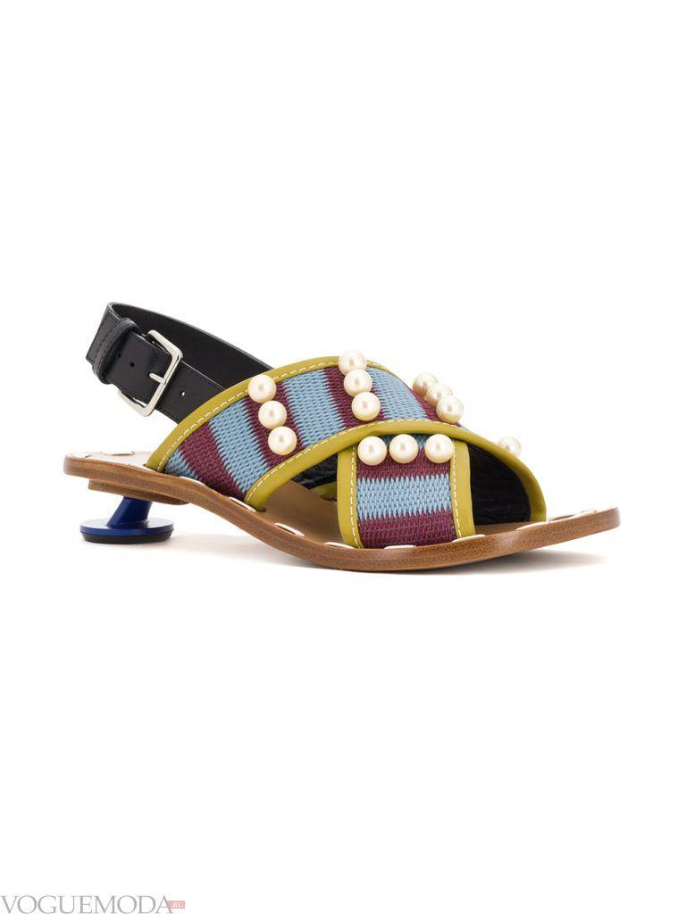 сандалии с декором на низком каблуке