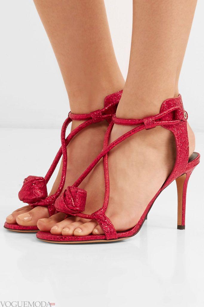 красные сандалии с декором
