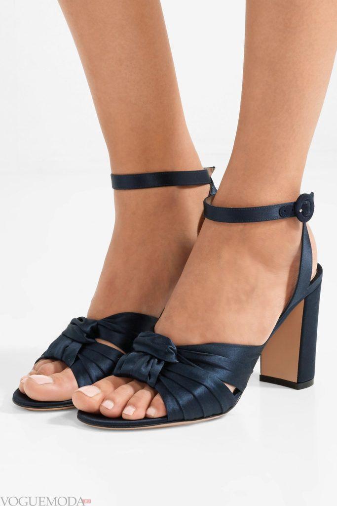 синие босоножки на толстых каблуках