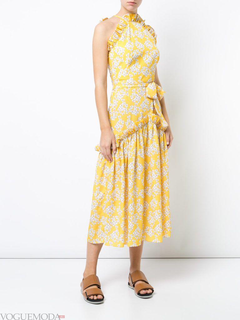 Модные цвета весна лето 2020 года: желтое платье с принтом и оборками