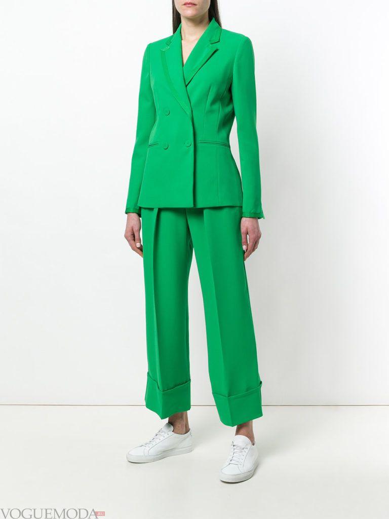 зеленый костюм с укороченными брюками