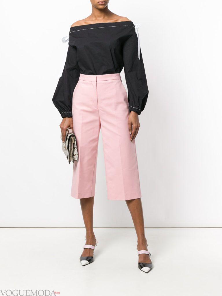 розовые укороченные брюки и черная блуза