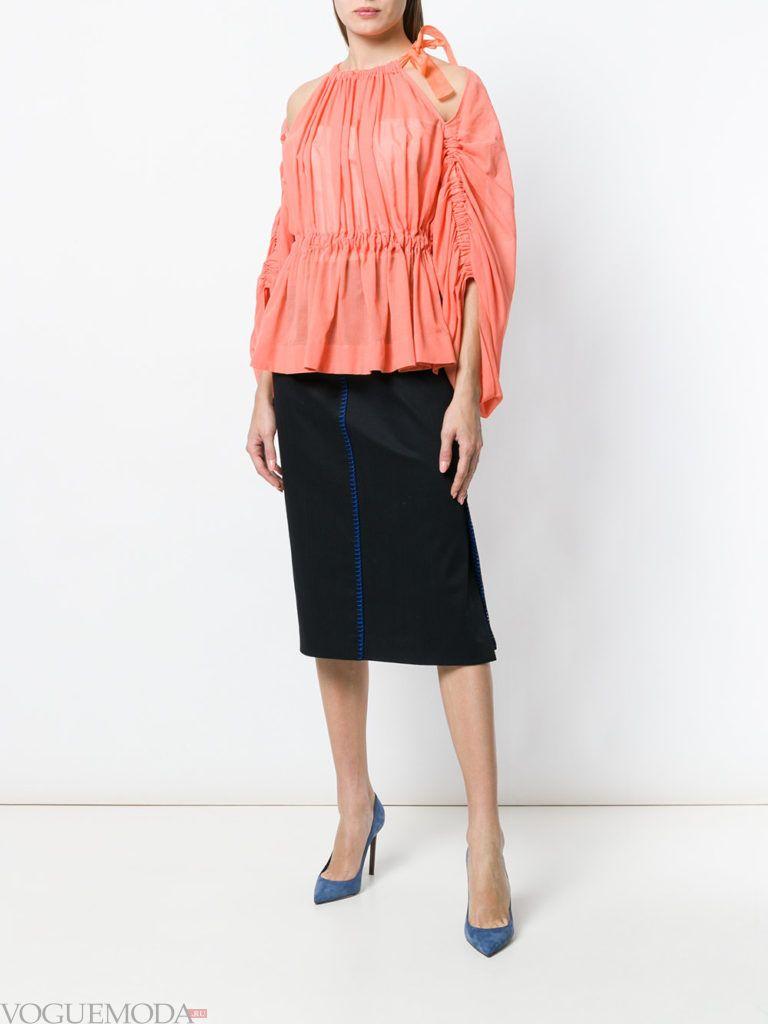 коралловая блузка и черная юбка