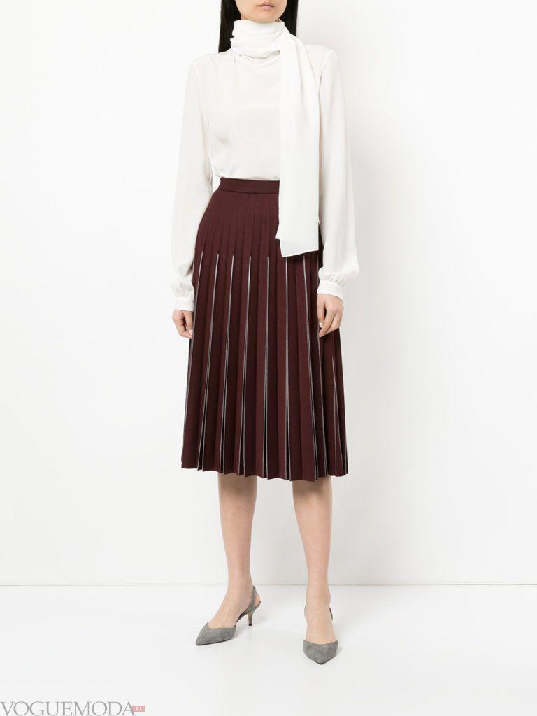 белая блузка и коричневая юбка плиссе