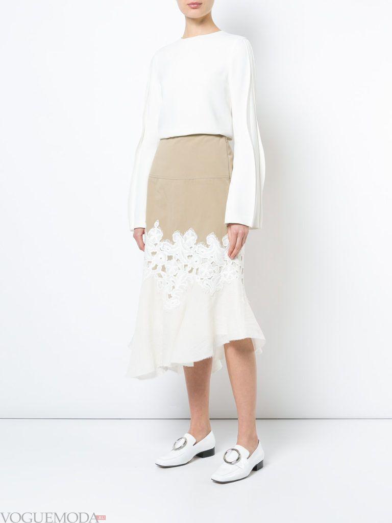белая блузка и двухцветная юбка