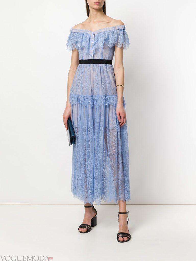 Модные цвета лето 2020: голубое кружевное макси платье