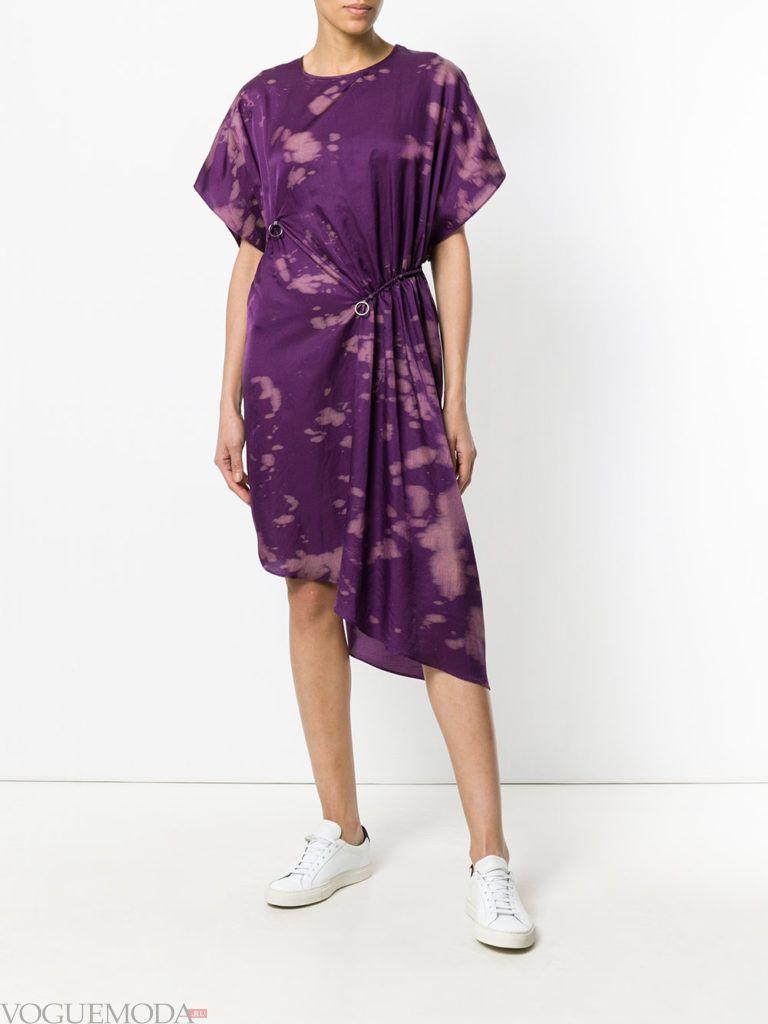 Модные цвета лето 2020: фиолетовое асимметричное платье с принтом