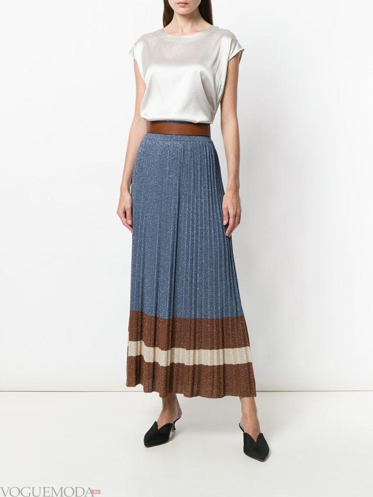 Модные цвета весна 2020: белый топ и синяя юбка плиссе с полосками