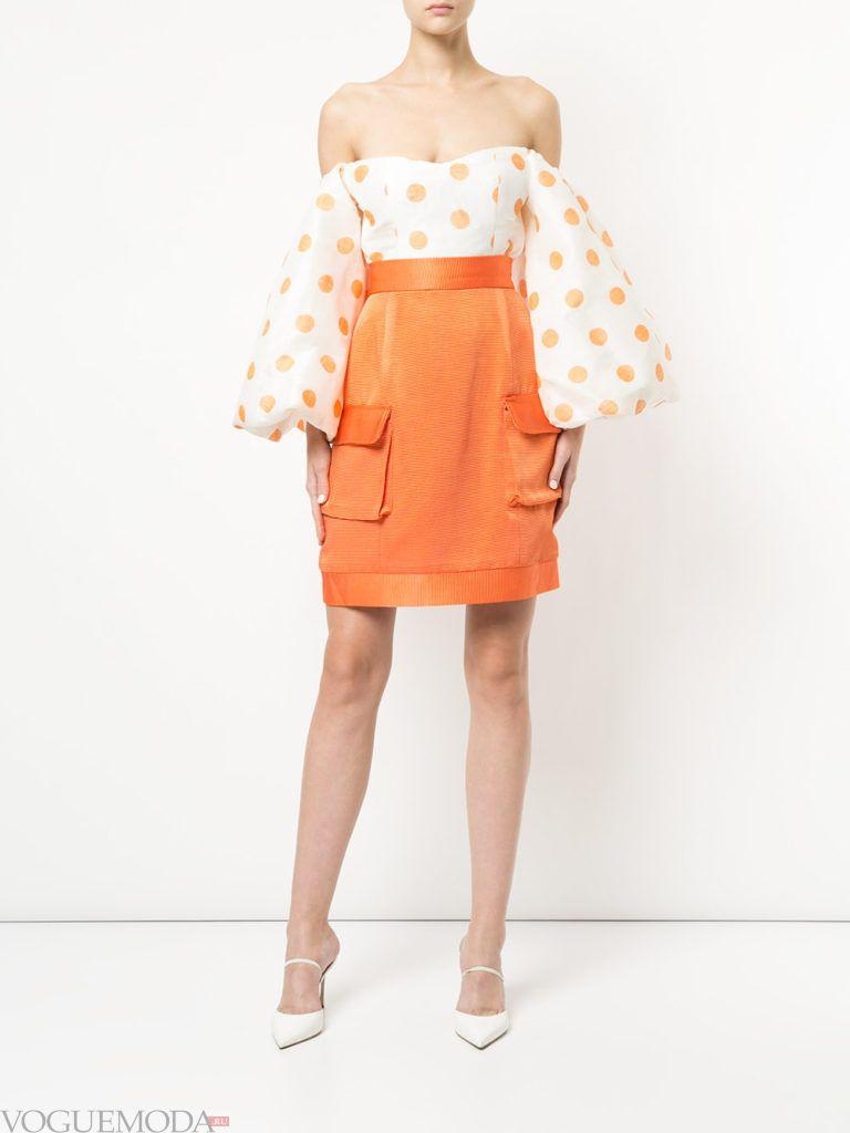 Модные цвета весна 2020: оранжевая юбка тюльпан и белая блузка с принтом