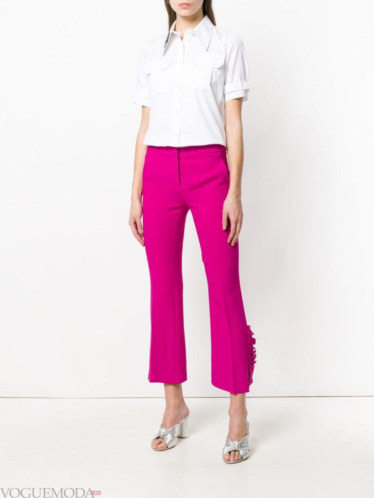 Модные цвета весна 2020: белый топ и брюки цвета фуксия