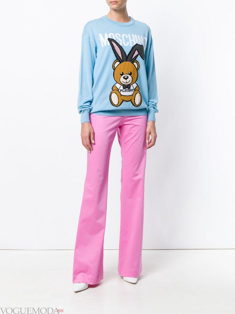 Модные цвета весна 2020: голубой свитшот и розовые брюки